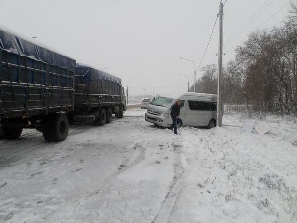 На Кубани микроавтобус с детьми столкнулся со стоячим КамАзом, есть четверо пострадавших