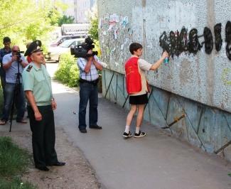 В Астрахани закрашивают рекламу спайсов на фасадах зданий