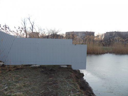 К Карасунскому озеру в Краснодаре неправомерно загородили доступ