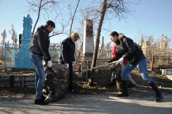 Астраханцы продолжают акцию «Очистим историческую память от мусора»