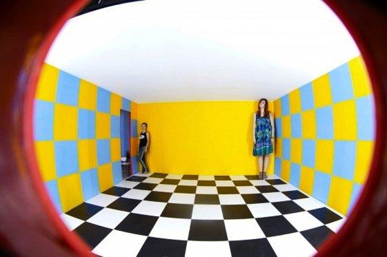Из великана в карлика: В Волгограде открыта комната оптических иллюзей Эймса