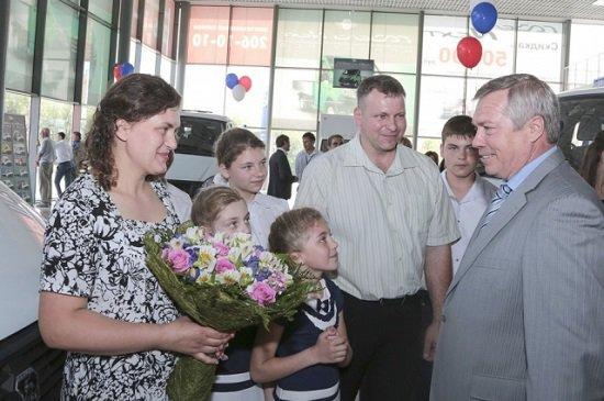 В Ростове-на-Дону 13 новых микроавтобусов получили многодетные семьи