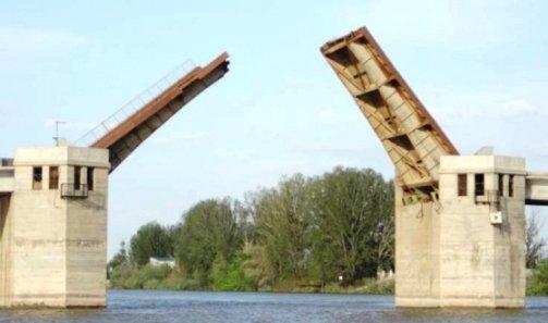 В Астраханской области разбирают на металлолом Кирикилинский мост, закрытый на капремонт