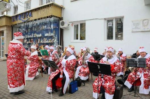 Оркестр Дедов Морозов дал концерт на улице Майкопа