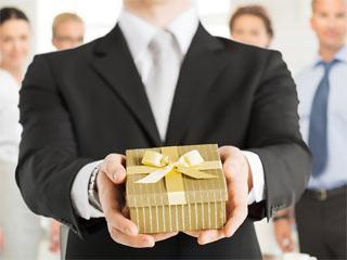 Сувениры коллегам по работе: как и когда вручать?