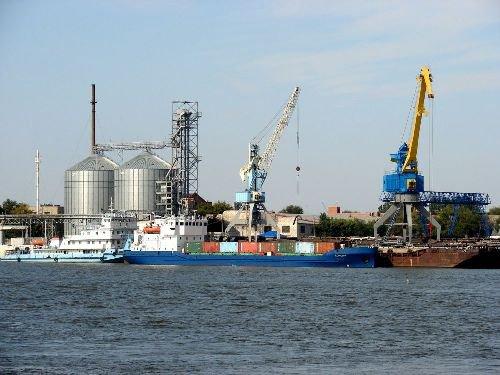 В порту Астрахани экипаж теплохода
