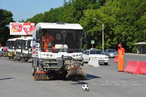В Ростове состоялись необычные соревнования среди водителей мини-погрузчиков и дорожных пылесосов