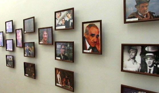 В Астраханском театре кукол открылась выставка фотографий актеров