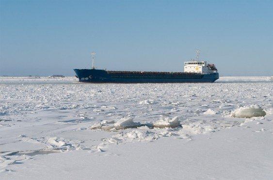 Иранцы и россияне застряли во льдах под Астраханью