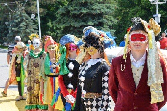1,5 артистов приняли участие в карнавале в Геленджике
