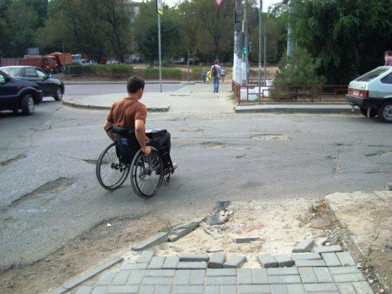 В Волгограде не обеспечивают инвалидам минимальные условия для передвижения по улицам