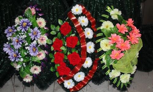 Вам нужно купить венок из цветов для поминовения? Мы поможем вам в этом