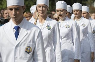 Студенты-медики пинесли