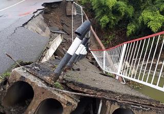 Часть автомобильного моста обрушилась в Адлерском районе Сочи
