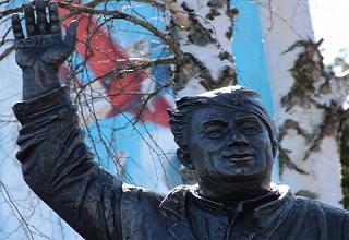Авиационные техники получили свой памятник в образе Макарыча