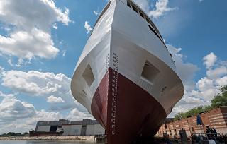 В Астрахани спущено на воду для достройки круизное судно