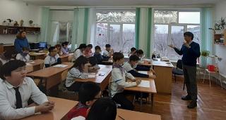 Калмыцкие школьники узнали о работе художника на встрече с  Олегом Чудутовым
