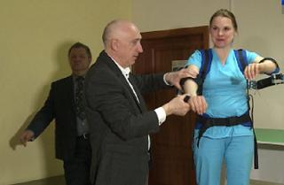 Хирурги получат возможность делать операции на экзоскелетах