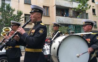 Ветераны Краснодара получили в подарок концерт под окнами