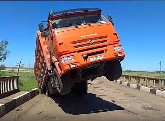 В Жирновском районе обрушился мост через реку