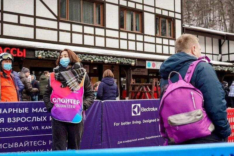 На горных курортах Сочи увеличили количество волонтеров, раздающих маски