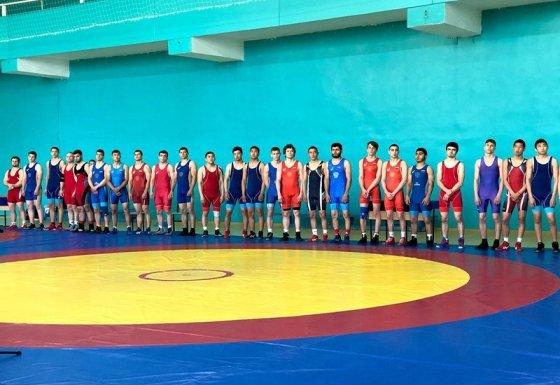В Элисте стартовал открытый чемпионат ЮФО по греко-римской борьбе