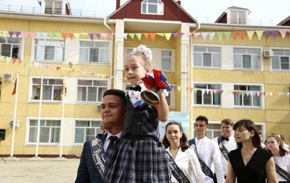 Кондратьев поздравил кубанских выпускников с последним звонком