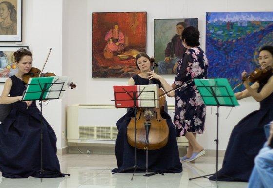 В Элисте колледж искусств отметил 60-летие выставкой картин учеников