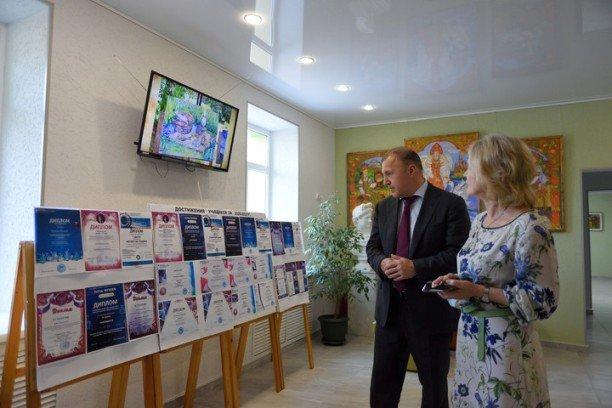 Глава Адыгеи ознакомился с итогами капитального ремонта Детской художественной школы Майкопа