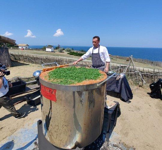 Кубанский повар приготовил 1101 литр борща