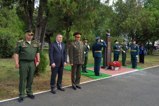 Глава Адыгеи принял участие в открытии памятного бюста В. Долонину