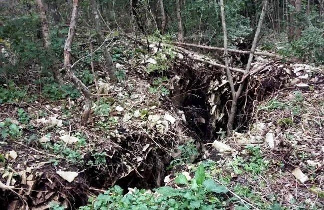 Опасный провал на Маркотхском хребте под Новороссийском огородили спасатели